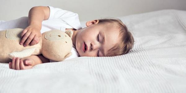 چطور بچه ها را به تنهایی خوابیدن عادت دهیم؟