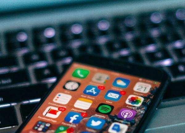 اپل با استفاده از الگوریتم های مستقر در سمت گوشی کاربر، گوشی های آی فون را از نظر وجود عکس های دارای محتوای سوء استفاده بچه ها کنترل می کند